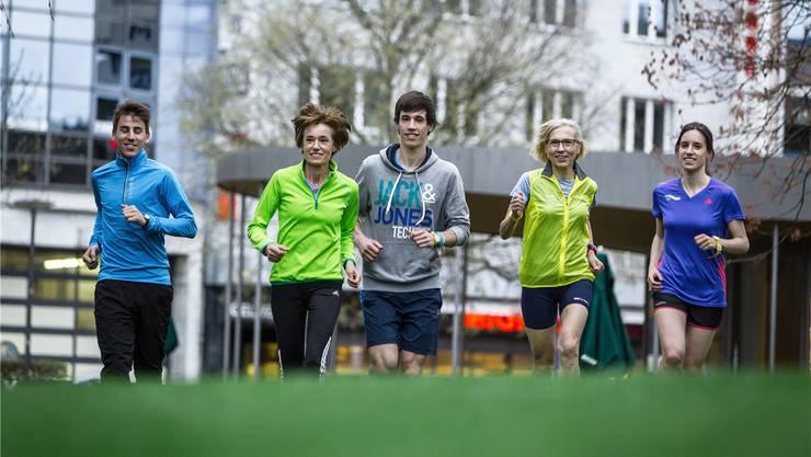 Samuel Keller gibt Ruth Humbel, Sohn Fabian, Schwägerin Brigitte und Tochter Flavia (von links) Lauftipps.