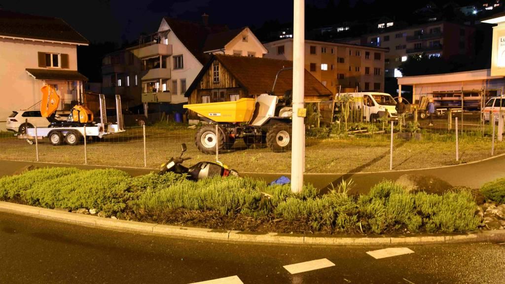 Rollerfahrer baut Unfall und wird lebensbedrohlich verletzt