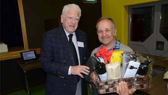 Pro-Bözberg-Präsident Otto H. Suhner (l.) dankt Walter Wildi für sein Referat zur Atommüll-Problematik.