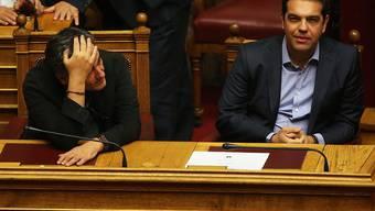 Der griechische Premierminister Alexis Tsipras (rechts) und sein Finanzminister Euklid Tsakalatos während der Debatte im Parlament.