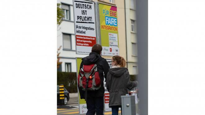 Mit Plakaten werben SVP und Rot-Grün für ihre Integrationspolitik. Foto: Juri Junkov