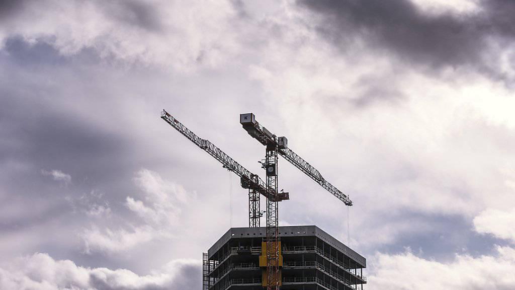 2018 läufts noch wie geschmiert - doch für das kommende Jahr ziehen Wolken am Konjunkturhimmel auf: Die BAK-Ökonomen erwarten etwa, dass sich der Bauboom dem Ende zuneigt. (Themenbild)