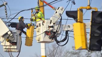Arbeiter reparieren in Connecticut eine beschädigte Ampel