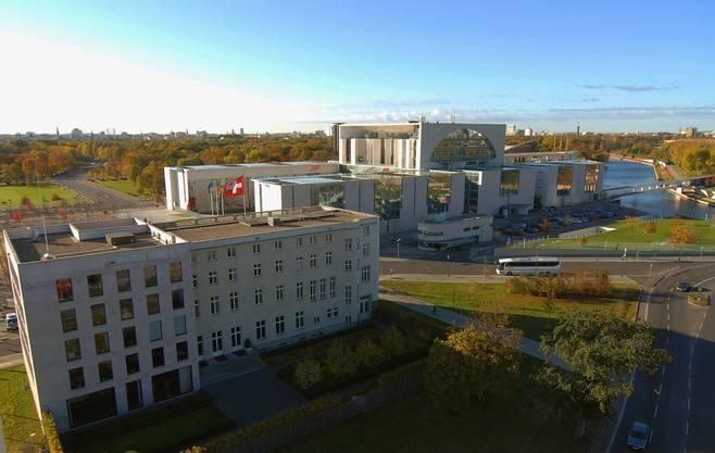 Die Schweizer Fahne im Herzen des deutschen Machtzentrums: Die Schweizer Botschaft in Berlin (im Hintergrund: Das Kanzleramt, in dem Angela Merkel residiert).