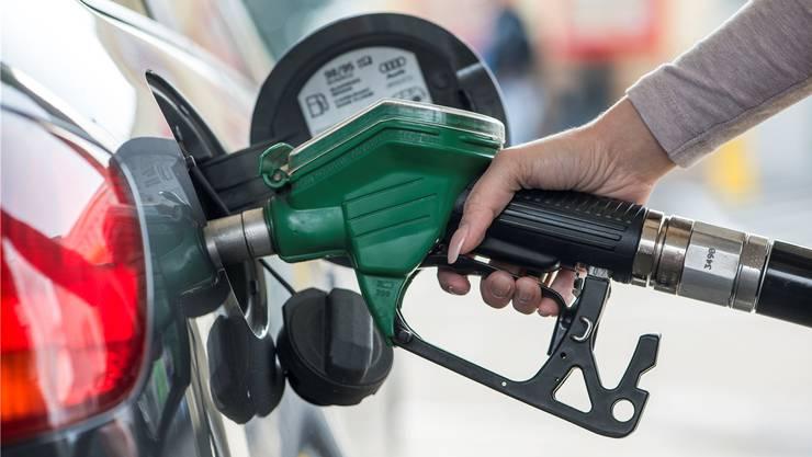 Tankt ein Schweizer Benzin, geht die Hälfte der Kosten in die Staatskasse.