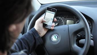 SMS schreiben am Steuer ist gefährlich - darauf will die Kapo mit der Aktion aufmerksam machen. (Archiv)