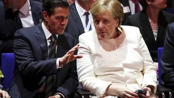 Der mexikanische Präsident Enrique Peña Nieto (links) unterhält sich bei der Eröffnung der Hannover Messe mit Kanzlerin Angela Merkel.