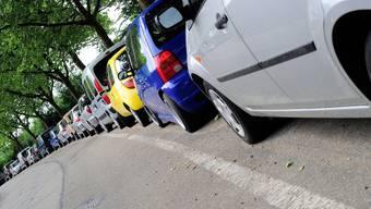 Der Stadtrat ist der Meinung, das der öffentliche Parkraum in Wohnquartieren nicht den Pendlern, sondern den Anwohnern zustehe. Über die neue Parkplatzplanung muss noch der Grosse Gemeinderat entscheiden. (Archiv)