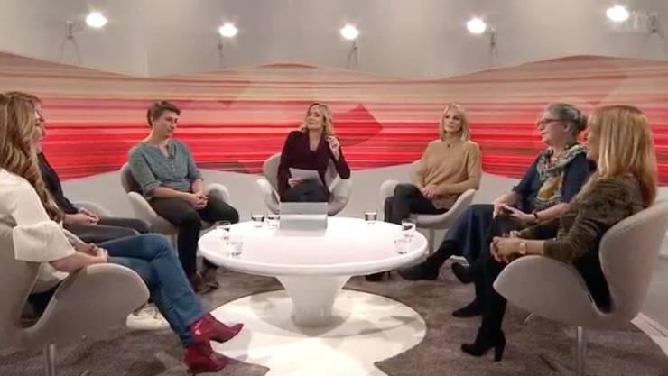 """Barbara Lüthi (Mitte) diskutiert im """"Club"""" mit sechs Frauen über Geschlechterdiskriminierung (v. l. n. r. Tamara Wernli, Caroline Fux, Manuela Barmettler, Stéphanie Berger, Ina Praetorius und Vera Dillier über die Männer in der Krise."""