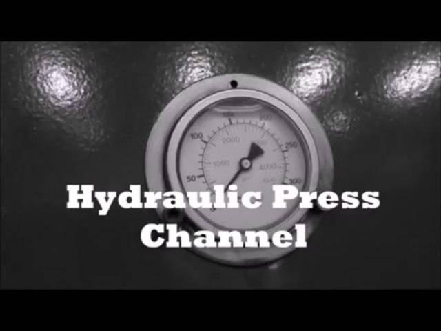 Explosiv: Hockey-Puck-Sprengen mit Hydraulik-Presse.