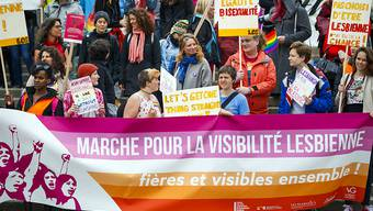 Rund 150 Menschen haben am Samstag in Lausanne für gleiche Rechte für Lesben demonstriert.