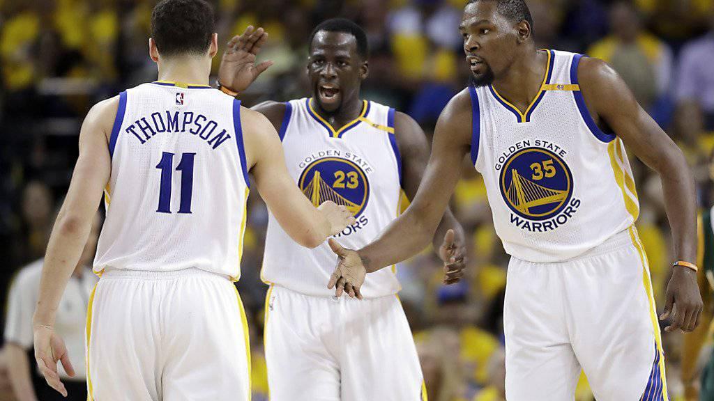 Die Golden State Warriors freuen sich über einen weiteren Sieg im Duell mit den Utah Jazz