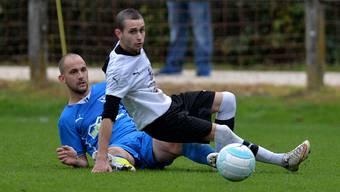 Ein entscheidendes Duell: Der Bipper Dino Cordari grätscht zuchwils 1:0-Torschützen Ermin Basini den Ball weg.