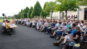Die Sommergmeind fand dieses Jahr unter freiem Himmel statt. Knapp 200 Personen nahmen daran teil.