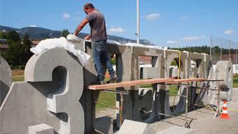 Arbeit an Peter Travaglinis Pop-Art-Skulptur beim Schulhaus Kaselfeld.