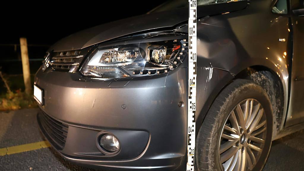 Eine Skateboarderin ist in Näfels GL mit einem Auto zusammengestossen und schwer verletzt worden. Am Auto entstand Sachschaden.