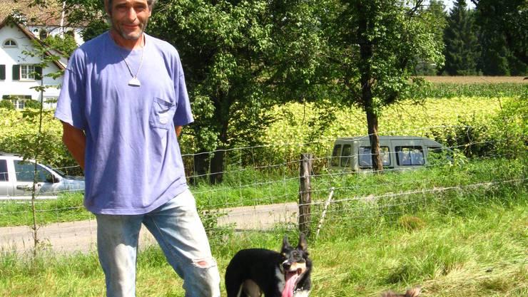 Gut eingespieltes Team: Daniele Bolognese mit seinen Hütehunden Gimli und Willy (Rambo von Defuns) auf der Schafweide in Hornussen. (Bild: chr)