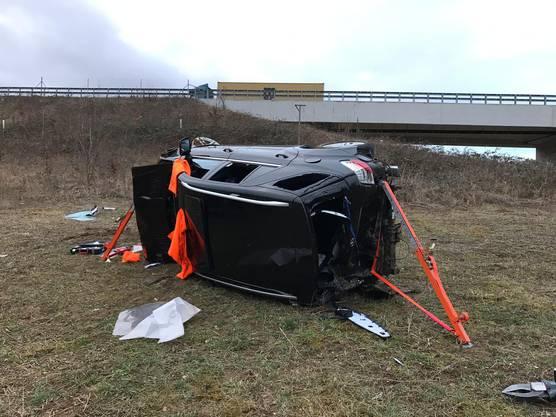 Das Fahrzeug überschlug sich mehrfach und kam auf der Seite liegend zum Stillstand.