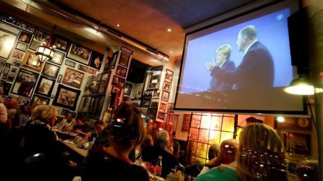 Keine Gier nach existenziellen Debatten mehr: Übertragung von Angela Merkels TV-Duell gegen Herausforderer Peer Steinbrück in einer Berliner Bar. Foto: Keystone