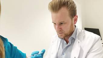 Dr. Felix Bertram (44) ist ärztlicher Leiter und Inhaber von Skinmed, dem Zentrum für Dermatologie und plastische Chirurgie in Aarau. Er lebt im Raum Lenzburg.