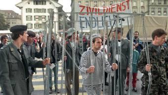 Junge Männer reichen am 1. Oktober 1996  in Bern die ersten Gesuche nach Inkrafttreten des Zivildienstgesetzes ein.