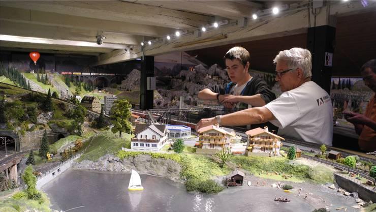 Präsident Hugo Grauf (rechts) kontrolliert die Anlage in Dietikon, bevor heute und morgen Interessierte einen Blick darauf werfen können. Ddi