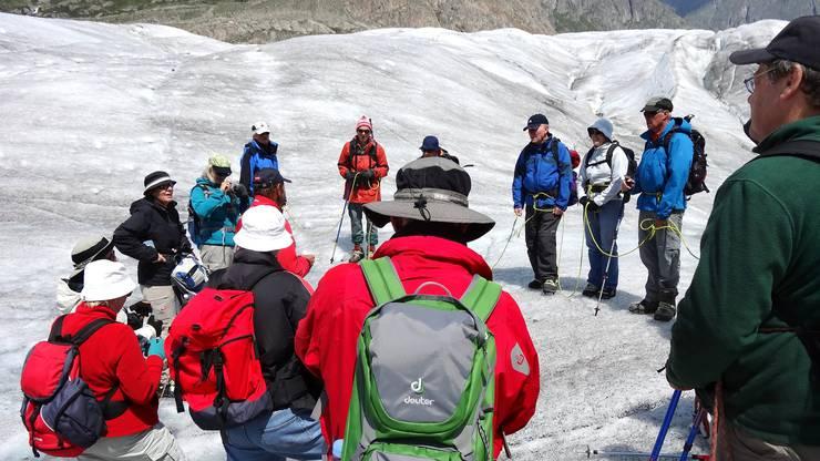Angeseilt und mit Steigeisen versehen auf dem grossen  Aletschgletscher