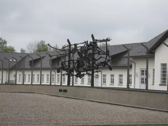 Das zentrale Mahnmal vor dem ehemaligen Wirtschaftsgebäude, dem heutigen Museum.
