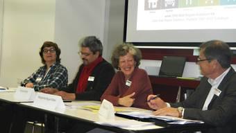 er Vorstand des Vereins 2000 Watt Region Solothurn (v.l.): Kassierin Elisabeth Scheidiger, Vizepräsident Arjuna Adhihetty, die abtretende Präsidentin Marguerite Misteli, sowie Aktuar Christian Lerch.