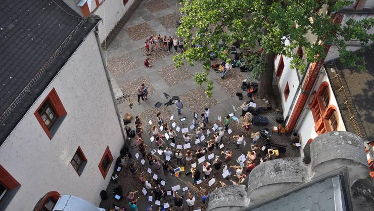 Idyllische Musikprobe von Stadtmusik Olten und Stadtkapelle Offenburg im Innenhof der Jugendherberge Windischleuba nahe Altenburg mit der Jugendmusik als interessiertes Publikum. (Foto: David von Arx)