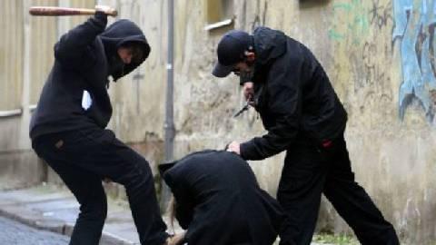 Schlägerei in Aarau: Unbekannte schlugen mehrfach mit einem Schlagstock auf eine Person ein. (Symbolbild)