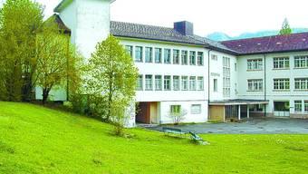 Variante 2: …zum anderen ist die ehemalige Technos Uhrenfabrik im Gespräch, die später von den Firmen Schleuniger und Kirsten genutzt worden ist.