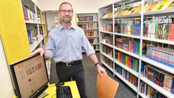 Roland Hochstrasser vor dem Computer, der für die Bücherwahl wegen Corona zeitweise nicht benutzt werden durfte.