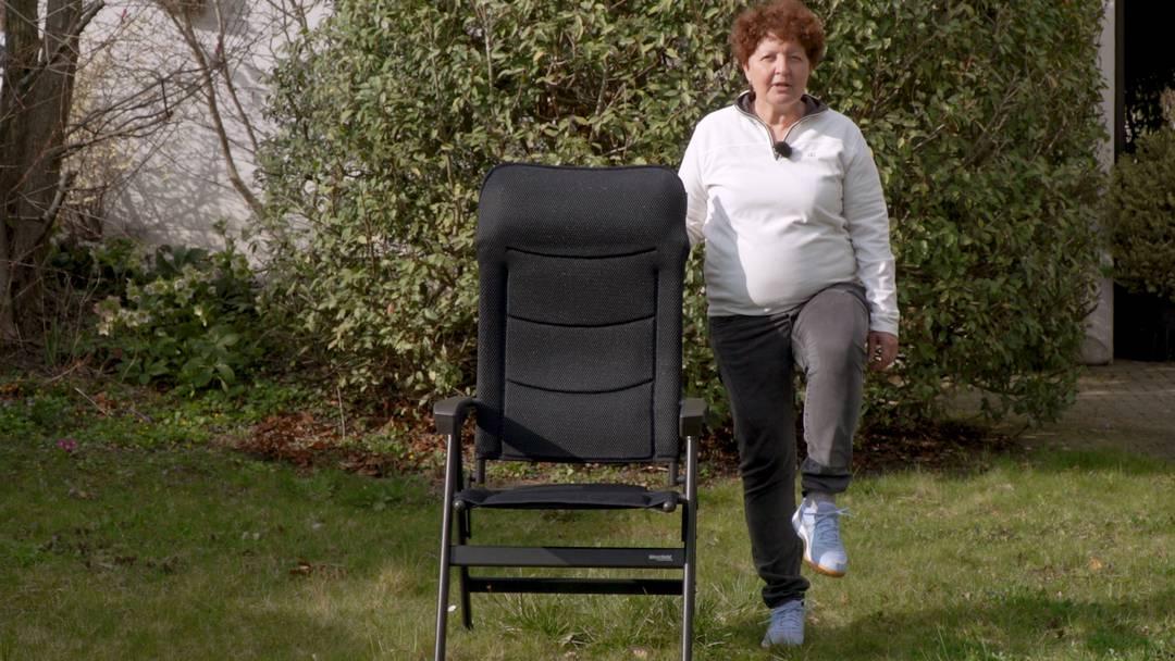 Senioren halten sich fit trotz Quarantäne – Übungen im Stehen