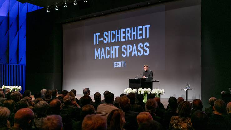 Der Berliner Hacker Linus Neumann plauderte aus dem Nähkästchen und gab nützliche Tipps.