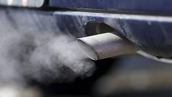 Rauchender Autoauspuff - Ziel der Umweltzonen ist die Verbesserung der Luftqualität (Symbolbild)