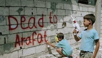 Besteht bereits seit Jahrzehnten, wie dieses Bild aus dem Jahr 1993 zeigt: Das palästinensische Flüchtlingslager Ain al Hilweh im Libanon wird jetzt eingemauert. (Archivbild)