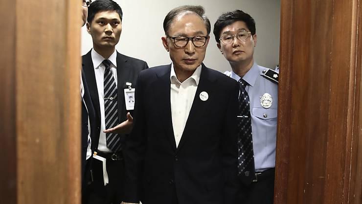 der frühere südkoreanische Präsident Lee Myung Bak ist unter anderem wegen seiner angeschlagenen Gesundheit frühzeitig aus der Haft entlassen worden. (Archivbild)
