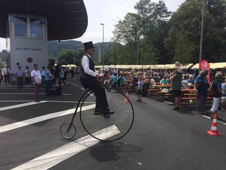 Auch ein Herr auf einem Einrad durfte sein Können unter Beweis stellen. (Bild: Land Vorarlberg/Serra)