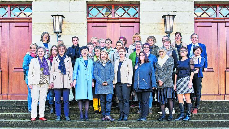 Mit einem Gruppenbild wirbt der Frauenverband «Frauenaargau» seit letztem Dienstag für Marianne Binder, Yvonne Feri und Ruth Müri (erste Reihe, 3.-5. v.l.)