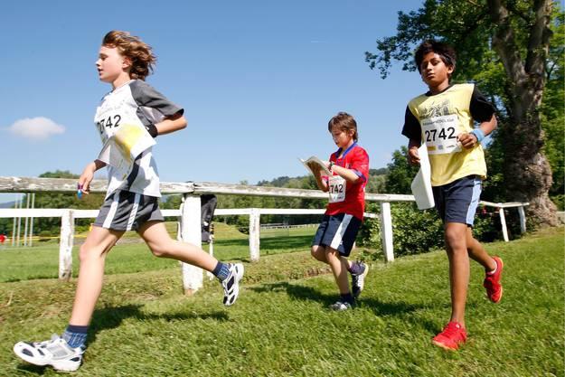 Keiner zu klein, um sich fit zu halten: Kinder bei einem Orientierungslauf.