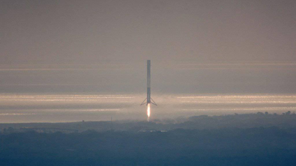 Eine Falcon-9-Rakete der Firma SpaceX beim Abheben vom Kennedy Space Center in Florida. (Archivbild)