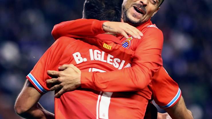 Sergio Garcia umarmt den Torschützen Borja Iglesias. (Archivaufnahme)