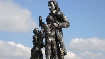 Die Skulptur von Heinrich Pestalozzi auf dem Kreisel an der Pestalozzistrasse in Birr