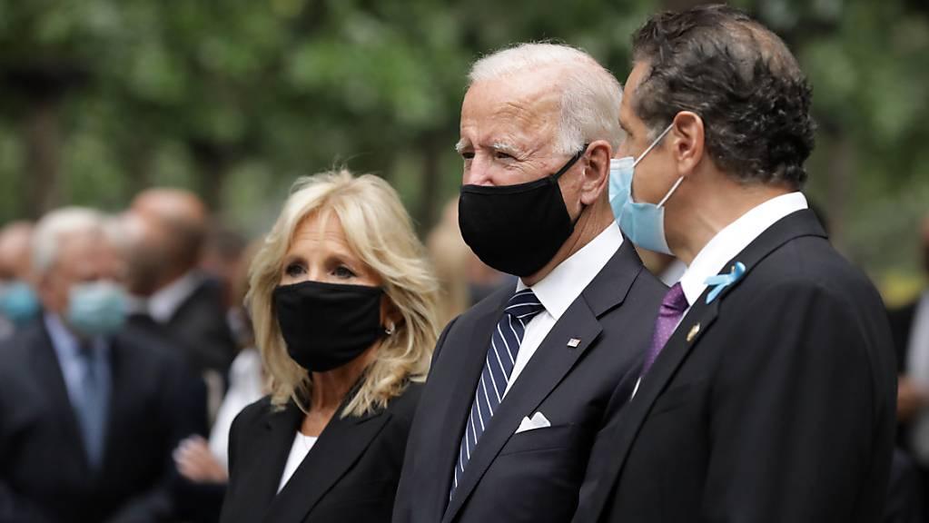 Joe Biden (2.v.r), US-Präsidentschaftskandidat der Demokraten, seine Ehefrau Jill Biden (3.v.r) und Andrew Cuomo (r), Gouverneur von New York, nehmen an einer Gedenkveranstaltung im National September 11 Memorial and Museum anlässlich des 19. Jahrestags der Terroranschläge vom 11. September teil. Foto: Amr Alfiky/Pool The New York Times/AP/dpa