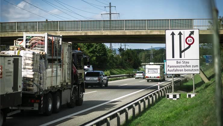 Schon heute dürfen Autofahrer bei der Ausfahrt Aarau Ost den Pannenstreifen nutzen – künftig soll dies bei weiteren Anschlüssen gelten. Chris Iseli