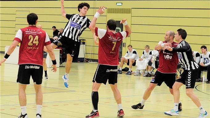 Einer der Lichtblicke: Yannick Ebi (Mitte) mit einem Sprungwurf über zwei Pfadi-Spieler hinweg. Kenneth Nars