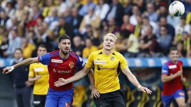Das Spitzenspiel war geprägt von vielen harten Zweikämpfen. Hier drängt YBs Sörensen Basels Ademi zurück.