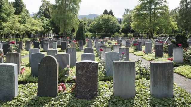 Das Urteil bezieht sich lediglich auf das gewerbsmässige Beisetzen. Es darf weiterhin die Asche von einzelner Verstorbener ausserhalb von Friedhöfen ausgebracht werden. (Bild: Friedhof Sihlfeld Zürich/Archiv)