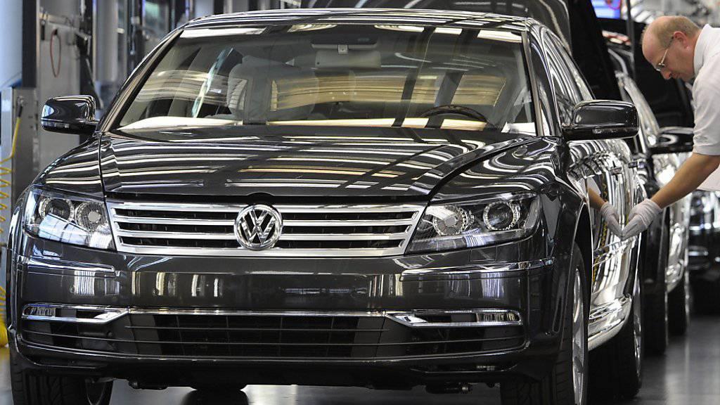 VW schnallt wegen des Abgas-Skandals den Gürtel enger und will weniger investieren. Auch für das Luxusauto des Konzerns hat der Skandal Konsequenzen: Der Phaeton (im Bild) soll künftig elektrisch angetrieben werden. (Archiv)